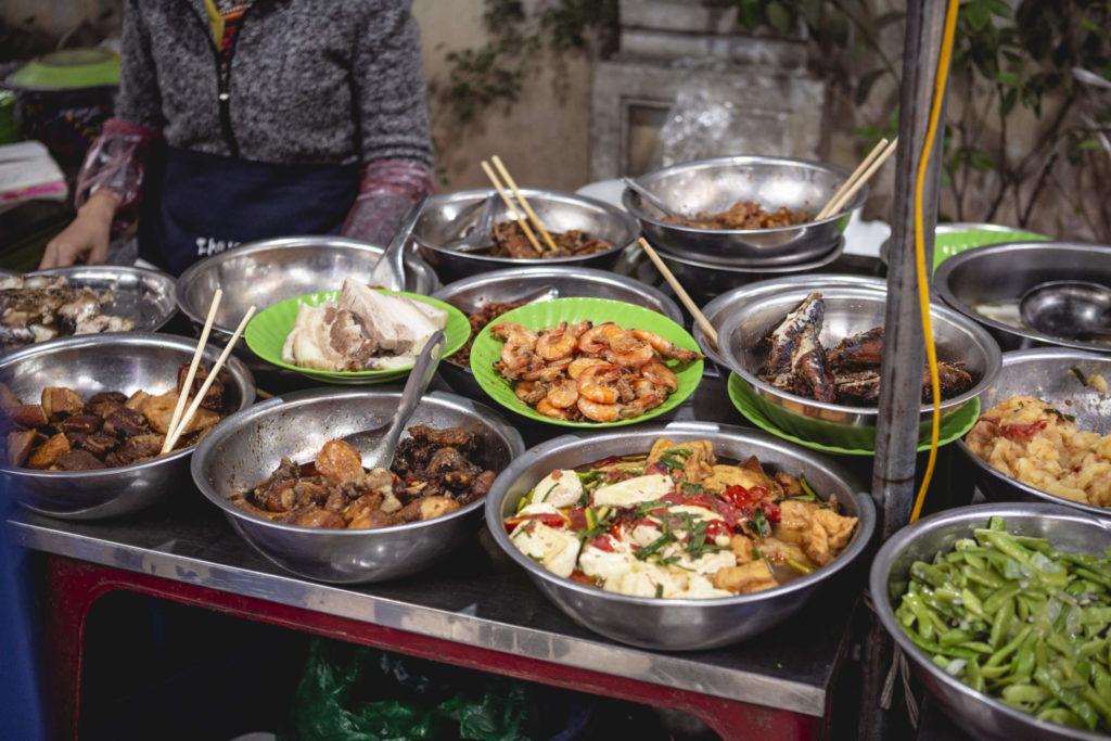 Assortiment de Street Food sur un marché à Hanoï, Vietnam