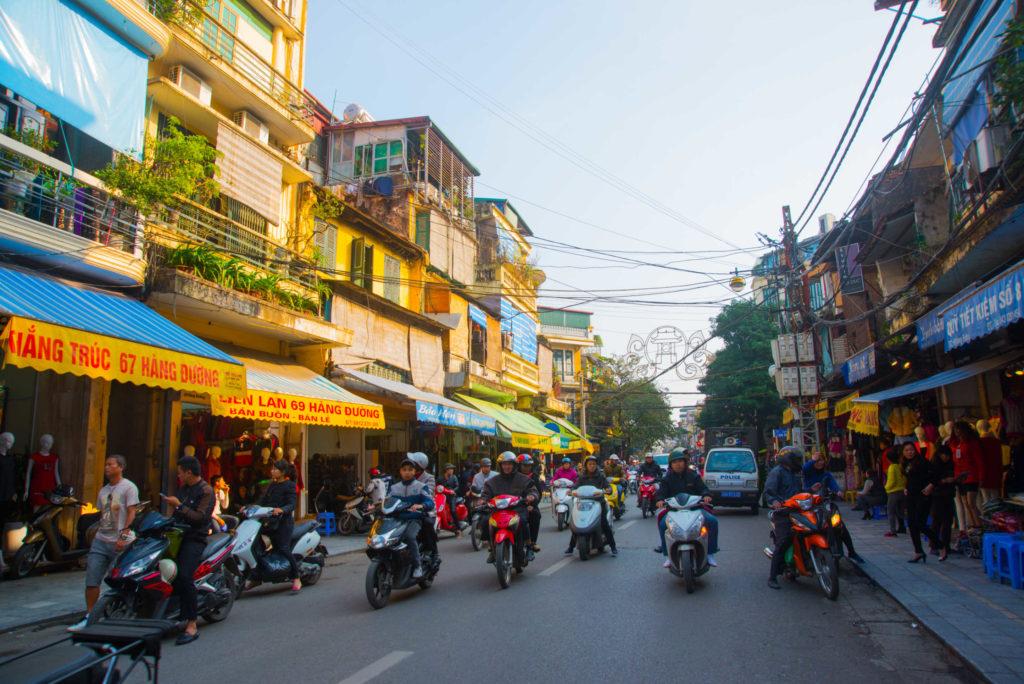 Rue animée par les scooters à Hanoï, Vietnam