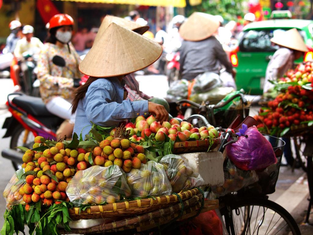 Balais de marchands à Hanoï, Vietnam